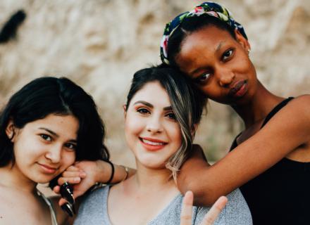 Retrato de tres jóvenes con distintos tonos de piel