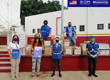 Equipo de la OIM realiza entrega de donación en Tapachula, personas llevan mascarillas de protección y se encuentran distanciadas.